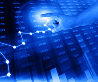 O homem de negócios analisa a carta da bolsa de valores ilustração stock