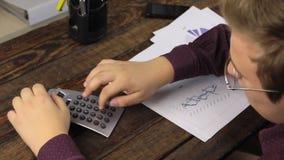 O homem de negócios analisa cartas e contagens em uma calculadora e as mãos do levantamento, comemorando a vitória vídeos de arquivo