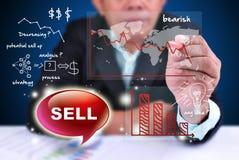 O homem de negócios analisa o sell de troca Fotografia de Stock