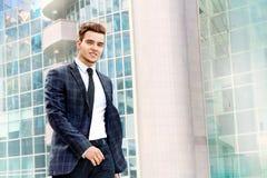 O homem de negócios anda ao longo do prédio de escritórios Foto de Stock