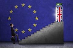 O homem de negócios anda para a porta do brexit Foto de Stock Royalty Free
