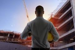 O homem de negócios Architect analisa os trabalhos de uma construção fotografia de stock