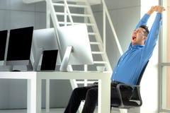 O homem de negócios asiático novo sorri com sucesso na sagacidade moderna do escritório imagem de stock