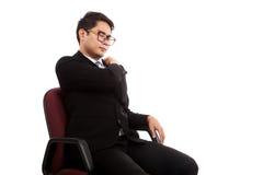 O homem de negócios asiático senta-se na cadeira do escritório com dor nas costas foto de stock royalty free