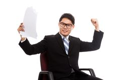 O homem de negócios asiático senta-se na cadeira do escritório feliz com sucesso com Fotografia de Stock