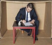 O homem de negócios assina um seguro do contrato na casa Imagem de Stock Royalty Free