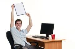 O homem de negócios atrás de uma tabela com o computador Foto de Stock