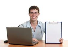 O homem de negócios atrás de uma tabela com o computador Imagens de Stock Royalty Free