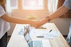 O homem de negócios autônomo está agitando as mãos após negociações bem sucedidas no negócio, o conceito do avanço do negócio com foto de stock royalty free