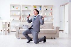 O homem de negócios bêbado que comemora no escritório Fotos de Stock