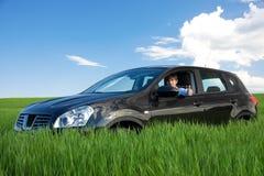 O homem de negócios bem sucedido é thumbs-up em próprio carro fotografia de stock