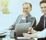 O homem de negócios bem sucedido e seu negócio team a reunião em um escritório moderno Fotos de Stock