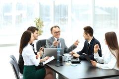 O homem de negócios bem sucedido e seu negócio team a reunião em um escritório moderno Imagem de Stock Royalty Free