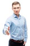 O homem de negócios bem sucedido em uma camisa estende uma mão fotografia de stock royalty free
