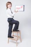 O homem de negócios bem sucedido mostra um gráfico do crescimento de lucro fotos de stock royalty free