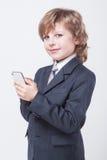 O homem de negócios bem sucedido novo com telefone celular à disposição está datilografando fotos de stock