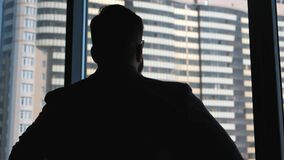 O homem de negócios bem sucedido novo põe sobre um revestimento sobre um fundo de uma janela com um tipo em uma baixa Negócio alt filme