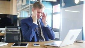 O homem de negócios cansado e forçado está trabalhando em seu escritório