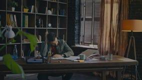 O homem de negócios cansado não pode concentrar-se no trabalho Homem de negócio cansado no fim do dia vídeos de arquivo