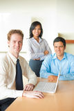 O homem de negócios caucasiano conduziu a reunião diversa Imagens de Stock