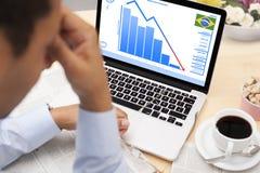 O homem de negócios chocou-se sobre o estado de economia brasileira Fotografia de Stock