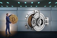 O homem de negócios com bitcoin na frente da porta do cofre-forte foto de stock royalty free