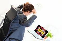 O homem de negócios com mãos levantou acima a vista no portátil Imagens de Stock Royalty Free