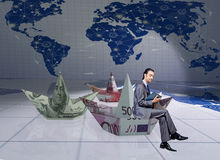 O homem de negócios com os barcos do papel do dólar Foto de Stock Royalty Free