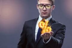 O homem de negócios com por cento assina dentro o conceito alto do interesse Fotografia de Stock