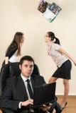 O homem de negócios com portátil trabalha no escritório Fotos de Stock Royalty Free