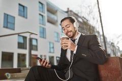 O homem de negócios com smartphone está feliz foto de stock royalty free