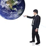 O homem de negócios conecta o mundo (imagem da opinião da terra de h Fotografia de Stock