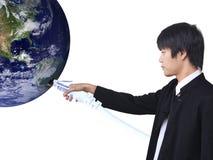 O homem de negócios conecta o mundo (imagem da opinião da terra de h Imagem de Stock