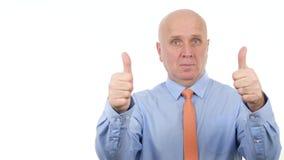 O homem de negócios confiante Stay Serious e para fazer os polegares dobro significa acima o bom trabalho filme