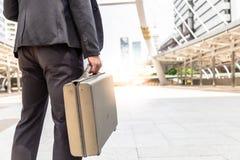O homem de negócios considerável está andando na rua na metrópole com fotos de stock royalty free