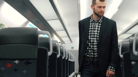 O homem de negócios considerável novo, vem com bagagem, no trem vazio video estoque
