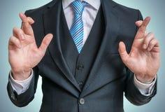 O homem de negócios cruzou os dedos atrás do seu para trás Boa sorte ou conceito da desonestidade fotos de stock royalty free