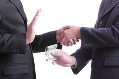 O homem de negócios dá a dinheiro para a corrupção algo mas um outro peop imagem de stock