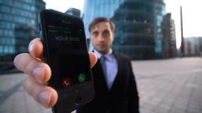 O homem de negócios dá-lhe o telefone Sua chefe chamada vídeos de arquivo