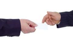 O homem de negócios dá o cartão de visita Fotografia de Stock Royalty Free