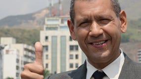 O homem de negócios dá os polegares acima foto de stock