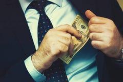O homem de negócios dá um subôrno fotografia de stock royalty free