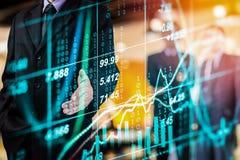 O homem de negócios da exposição dobro e o mercado de valores ou os estrangeiros de ação representam graficamente o terno Fotografia de Stock