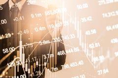O homem de negócios da exposição dobro e o mercado de valores ou os estrangeiros de ação representam graficamente o terno Imagem de Stock