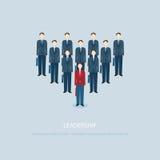 O homem de negócios da liderança em homens de negócios vermelhos conduz colegas azuis Fotos de Stock Royalty Free