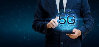 O homem de negócios da terra do telefone 5g conecta a mão mundial do garçom que guarda uma tabuleta digital vazia com a conexão e Imagem de Stock