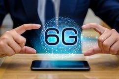 O homem de negócios da terra do telefone 6g conecta a mão mundial do garçom que guarda uma tabuleta digital vazia com a conexão e Imagem de Stock Royalty Free