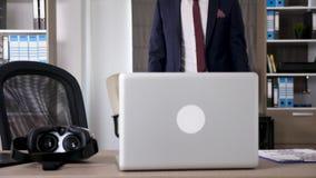 O homem de negócios datilografa dentro o fundo a seguir vem na parte dianteira, escolhe uns auriculares de VR filme