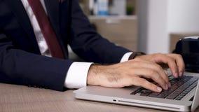 O homem de negócios datilografa e responde aos email no computador video estoque
