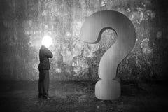 O homem de negócios de pensamento com cabeça da lâmpada iluminou ques do concreto 3d Fotografia de Stock Royalty Free